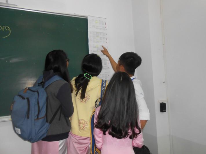 students examnning rawdata