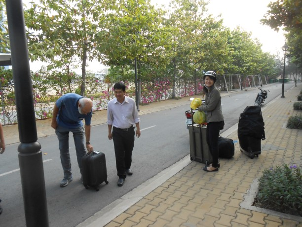 Dean Hoa and An help load taxi.jpg